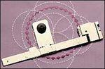 Pravítko na šití a vyšívání přesných kružnic pro šicí strojes horizontálním chapačem.