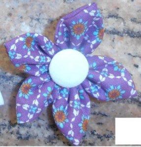 kanzashi květina 8cm fialová se vzorem s bílým středem      možnost použít jako brož nebo do vlasů.                     Ruční práce z látky