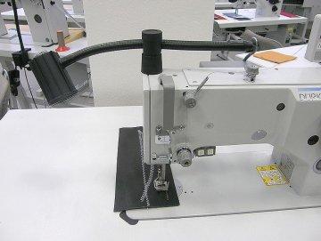 lampa SKU 1002, 12V/1W LED, bez trafa - přichycení na hlavu stroje.