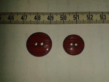 knoflík bordový s proužky vel.28 2 dírky