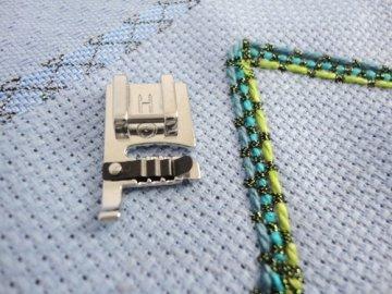 Patka pro našívání ozdobných šňůrek (pro stroje s podavačem 9mm)