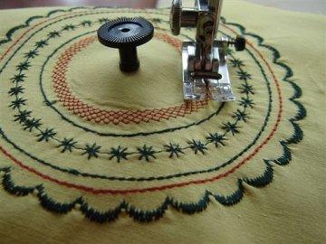 Pravítko na šití a vyšívání přesných kružnic pro šicí strojes horizontálním chapačem.-