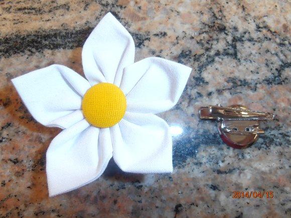 kanzashi květina 8cm bílá se žlutým středem,                možnost použít jako brož nebo do vlasů.                     Ruční práce z látky